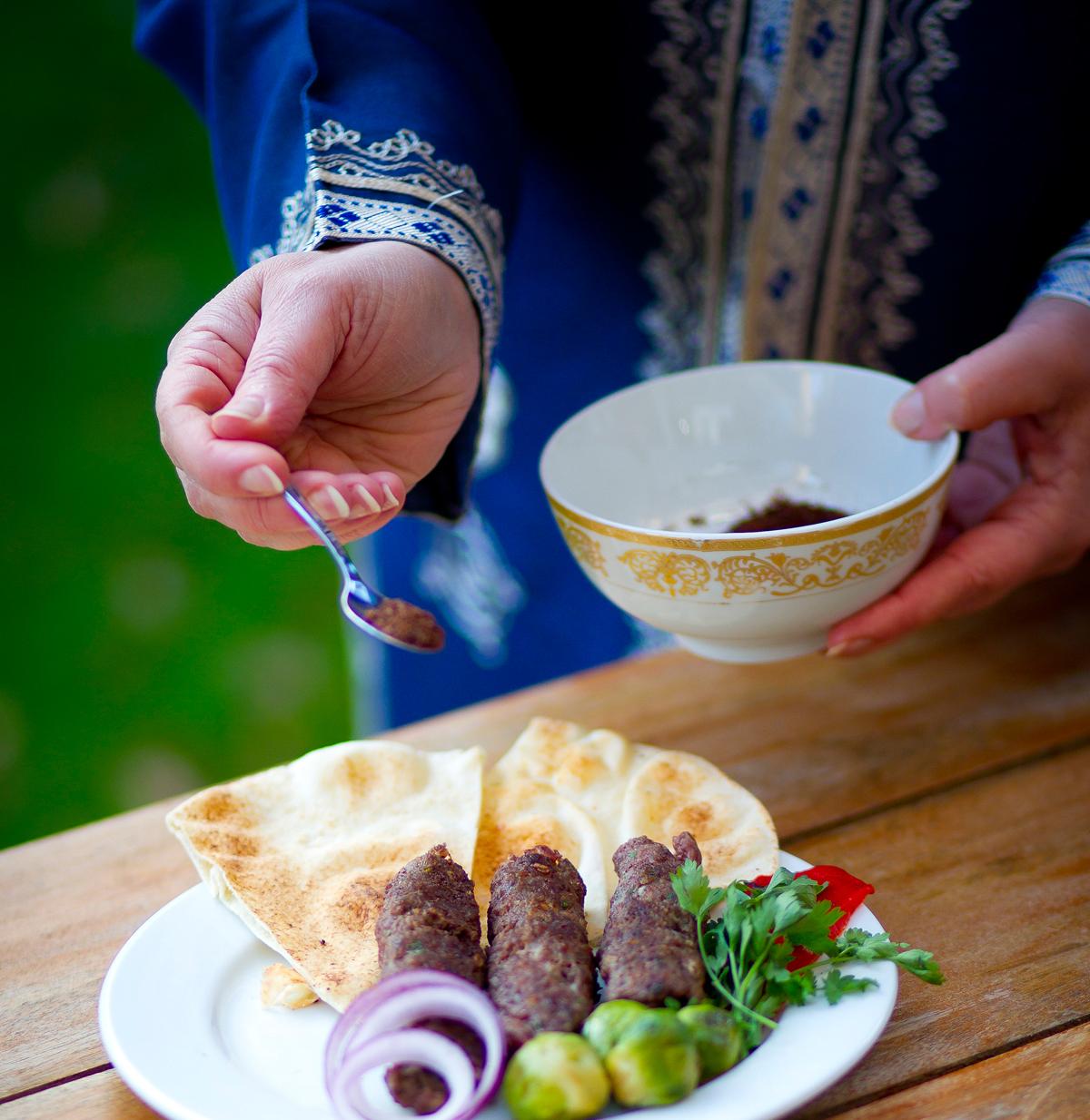 Kebab met Sumak kruid zoals gereserveerd in het Midden-Oosten.