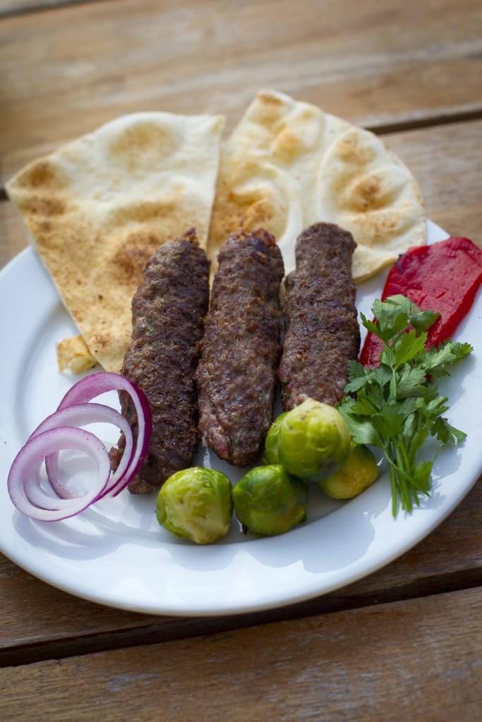 Kebab geserveerd met spruitjes; het favoriete gerecht van de zoon van Jinan Saleh